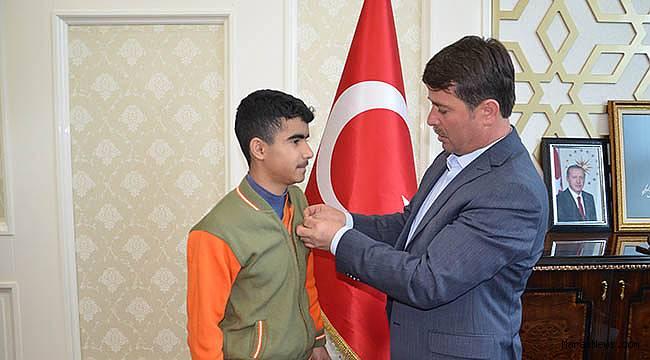 Başkan Okumuş, Türkiye birincisini ödüllendirdi