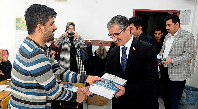 Büyükşehir EKPSS kitaplarını dağıttı