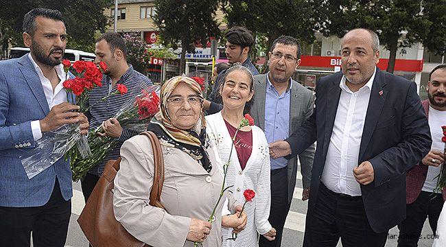 Ceyhan, Anneler Günün'nde Karanfil Dağıttı