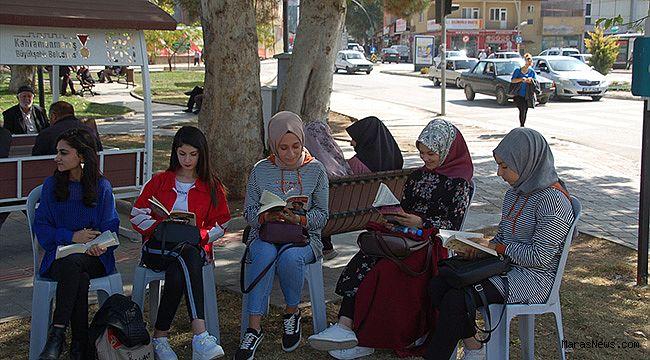 Afşin'de üniversite öğrencilerinden kitap okuma etkinliği