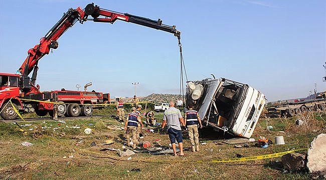 Narenciye işçilerini taşıyan minibüsle tır çarpıştı: 1 ölü 26 yaralı