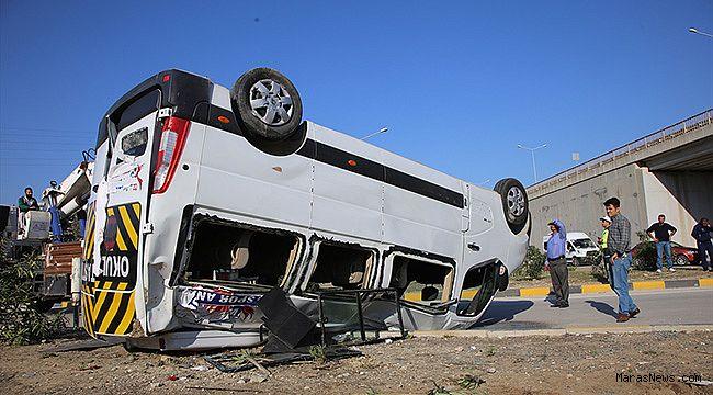 Öğrenci servisiyle otomobil çarpıştı