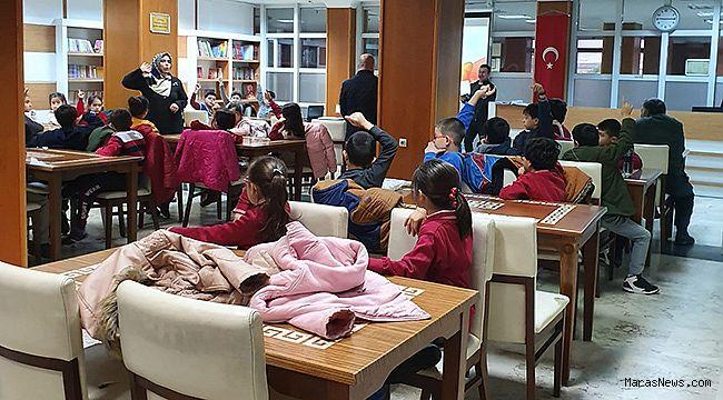 Büyükşehir, öğrencileri kütüphaneye taşıyor