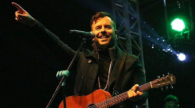 Emre Aydın İskenderun'da konser verdi